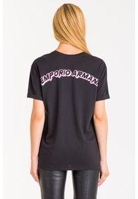 T-shirt Emporio Armani z włoskim kołnierzykiem, w kolorowe wzory