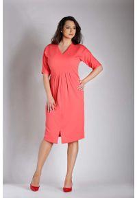Różowa sukienka wizytowa Nommo plus size, z dekoltem w serek