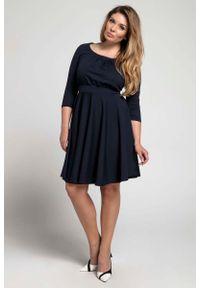 Nommo - Granatowa Rozkloszowana Sukienka z Zaznaczoną Talią PLUS SIZE. Kolekcja: plus size. Kolor: niebieski. Materiał: wiskoza, poliester. Typ sukienki: dla puszystych