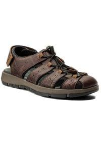 Clarks - Sandały CLARKS - Brixby Cove 261315217 Dark Brown Leather. Okazja: na spacer. Kolor: brązowy. Materiał: skóra, materiał. Sezon: lato. Styl: elegancki