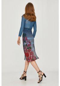 Desigual - Sukienka. Kolor: niebieski. Materiał: dzianina. Długość rękawa: długi rękaw. Typ sukienki: rozkloszowane, plisowane
