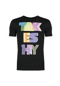 """Takeshy Kurosawa T-shirt """"Rainbow Font"""". Okazja: na co dzień. Materiał: tkanina. Wzór: kolorowy, nadruk. Styl: casual"""