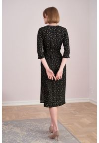 Marie Zélie - Sukienka Irmina Lampyris. Materiał: wiskoza, materiał, tkanina, skóra, poliester. Wzór: napisy. Typ sukienki: proste, kopertowe