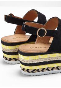 Czarne sandały bonprix ze sprzączką, na platformie