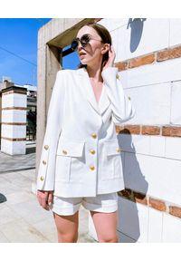 MOTIVE&MORE - Kremowa marynarka Zarina. Kolor: biały. Materiał: tkanina, materiał. Długość rękawa: długi rękaw. Długość: długie. Sezon: wiosna, lato
