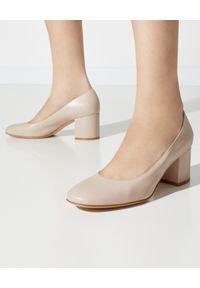 GIANVITO ROSSI - Beżowe buty na słupku Gilda. Okazja: na co dzień, na spotkanie biznesowe. Nosek buta: okrągły. Kolor: beżowy. Wzór: gładki. Obcas: na słupku. Styl: biznesowy, casual. Wysokość obcasa: średni