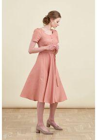 Marie Zélie - Sukienka Rosa lniana łososiowa. Typ kołnierza: kokarda. Kolor: różowy. Materiał: len. Długość rękawa: krótki rękaw. Długość: midi