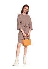 TOP SECRET - Dzianinowa sukienka z suwakiem. Okazja: do pracy. Kolor: beżowy. Materiał: dzianina. Sezon: wiosna. Typ sukienki: proste