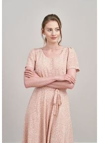 Marie Zélie - Sukienka Rosa Vacanza pudroworóżowa. Typ kołnierza: kokarda. Materiał: materiał, wiskoza, skóra, bawełna. Długość rękawa: krótki rękaw. Długość: midi