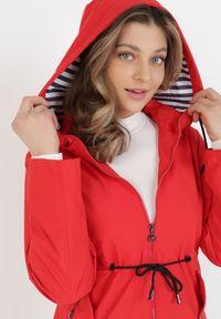 Czerwona kurtka przejściowa Born2be