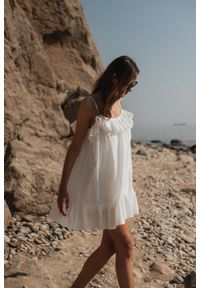 Marsala - Sukienka z tkaniny plumeti w kolorze ecru - MALIBU BY MARSALA. Okazja: na imprezę, na co dzień. Typ kołnierza: kołnierz z falbankami. Materiał: tkanina. Długość rękawa: na ramiączkach. Sezon: lato. Typ sukienki: proste. Styl: wakacyjny, casual