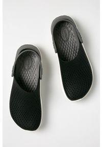 Crocs - Klapki. Kolor: czarny