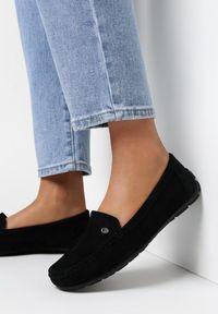 Born2be - Czarne Mokasyny Eatheris. Nosek buta: okrągły. Zapięcie: bez zapięcia. Kolor: czarny. Materiał: skóra. Wzór: aplikacja. Obcas: na płaskiej podeszwie. Styl: klasyczny