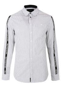 TOP SECRET - Koszula w paski z lampasem slim fit. Okazja: na co dzień. Kolor: biały. Materiał: tkanina. Długość rękawa: długi rękaw. Długość: długie. Wzór: paski. Sezon: wiosna, lato. Styl: casual, młodzieżowy, elegancki