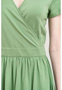 Marie Zélie - Sukienka Larissa zieleń wiosenna krótki rękaw. Typ kołnierza: dekolt kopertowy. Materiał: materiał, bawełna, dzianina, skóra, elastan. Długość rękawa: krótki rękaw. Sezon: wiosna. Typ sukienki: kopertowe