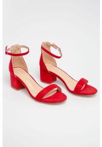Czerwone sandały Truffle Collection na klamry, na średnim obcasie, na obcasie, z okrągłym noskiem