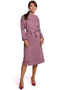 MOE - Sukienka Dzianinowa Midi z Asymetrycznym Dekoltem - Wrzosowa. Kolor: fioletowy. Materiał: dzianina. Typ sukienki: asymetryczne. Długość: midi