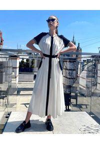 MOTIVE&MORE - Biała sukienka Alexa. Kolor: biały. Materiał: szyfon, dresówka, wiskoza, materiał. Długość rękawa: krótki rękaw. Wzór: aplikacja. Typ sukienki: sportowe. Styl: sportowy. Długość: maxi