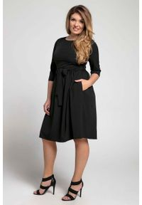 Nommo - Czarna Klasyczna Sukienka z Marszczonym Dołem PLUS SIZE. Kolekcja: plus size. Kolor: czarny. Materiał: wiskoza, poliester. Typ sukienki: dla puszystych. Styl: klasyczny