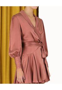 ZIMMERMANN - Różowa sukienka z jedwabiu. Typ kołnierza: dekolt kopertowy. Kolor: różowy, wielokolorowy, fioletowy. Materiał: jedwab. Typ sukienki: kopertowe. Długość: mini