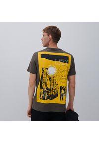 Reserved - T-shirt z nadrukiem na plecach - Czarny. Kolor: czarny. Wzór: nadruk