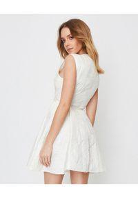 MONCLER - Biała sukienka Orchidee. Kolor: biały. Materiał: materiał, poliamid. Długość: mini