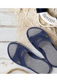 LANO - Klapki męskie basenowe Lano KL-5-0401-J Granatowe. Okazja: na plażę. Zapięcie: bez zapięcia. Kolor: niebieski. Materiał: guma. Obcas: na obcasie. Wysokość obcasa: niski. Sport: pływanie