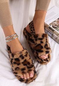 Renee - Panterkowe Kapcie Fyrixia. Nosek buta: okrągły. Zapięcie: pasek. Materiał: futro, guma. Wzór: aplikacja