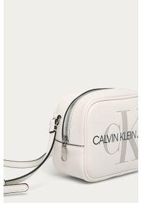 Biała listonoszka Calvin Klein Jeans na ramię, mała, z nadrukiem