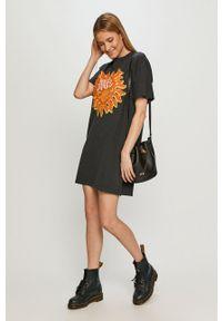 Czarna sukienka Wrangler na co dzień, z nadrukiem, prosta, z krótkim rękawem