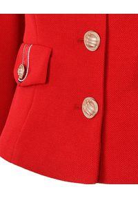 CATERINA - Czerwony żakiet z dekoracyjnymi guzikami. Okazja: do pracy. Kolor: czerwony. Materiał: tkanina, materiał. Styl: elegancki #3