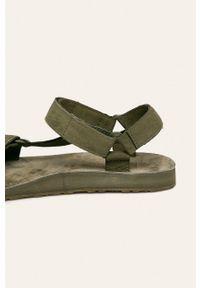 Oliwkowe sandały Teva na średnim obcasie, na obcasie, na rzepy