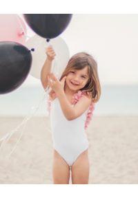 LA REVECHE KIDS - Biały strój kąpielowy z ozdobą. Kolor: biały. Materiał: tkanina, szyfon, poliamid, elastan. Wzór: aplikacja