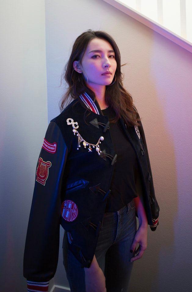 kobieta ubrana w czarną kurtkę bomberkę.jpeg