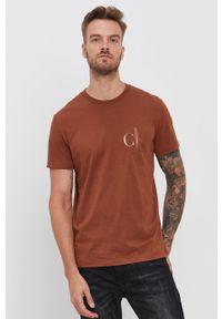 Calvin Klein Jeans - T-shirt bawełniany. Okazja: na co dzień. Kolor: brązowy. Materiał: bawełna. Wzór: nadruk. Styl: casual