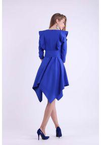 Nommo - Kobaltowa Asymetryczna Sukienka Wizytowa ze Sznurowanym Paskiem. Kolor: niebieski. Materiał: wiskoza, poliester. Typ sukienki: asymetryczne. Styl: wizytowy