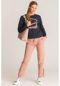 Różowe spodnie dresowe Emporio Armani z ozdobnymi zamkami. Kolor: różowy. Materiał: dresówka #5