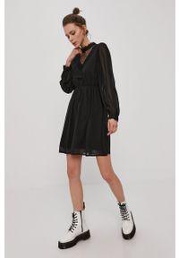 Vero Moda - Sukienka. Typ kołnierza: kołnierzyk stójkowy. Kolor: czarny. Materiał: tkanina, koronka. Długość rękawa: długi rękaw. Wzór: gładki. Typ sukienki: rozkloszowane #4