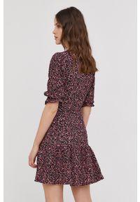 Answear Lab - Sukienka. Kolor: czarny. Długość rękawa: krótki rękaw. Typ sukienki: rozkloszowane. Styl: wakacyjny