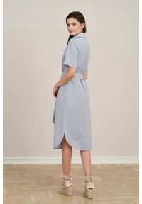 Marie Zélie - Sukienka Eliza bawełna z lnem w błękitne prążki. Kolor: niebieski. Materiał: bawełna, len. Długość rękawa: krótki rękaw. Wzór: prążki. Typ sukienki: szmizjerki. Styl: klasyczny