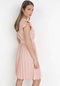 Born2be - Jasnoróżowa Sukienka Blot. Typ kołnierza: dekolt kopertowy. Kolor: różowy. Wzór: aplikacja. Typ sukienki: kopertowe. Styl: wizytowy, retro. Długość: mini