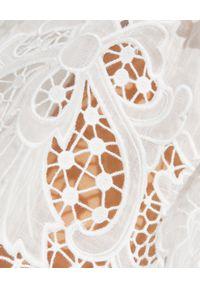 ZIMMERMANN - Biały top z falbanką. Typ kołnierza: dekolt kwadratowy. Kolor: biały. Wzór: haft. Sezon: lato