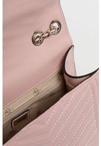Guess - Torebka. Kolor: różowy. Materiał: pikowane. Rodzaj torebki: na ramię