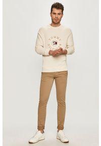 TOMMY HILFIGER - Tommy Hilfiger - Sweter. Okazja: na co dzień. Kolor: beżowy. Materiał: bawełna. Długość rękawa: długi rękaw. Długość: długie. Wzór: aplikacja. Styl: casual