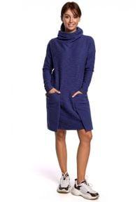 BE - Swobodna dzianinowa bawełniana sukienka z dużymi kieszeniami. Okazja: na co dzień. Materiał: dzianina, bawełna. Wzór: aplikacja. Typ sukienki: proste. Styl: elegancki, casual