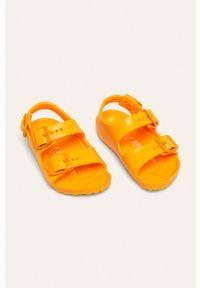 Pomarańczowe sandały Birkenstock na klamry