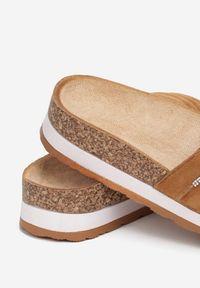 Renee - Camelowe Klapki Alethanthei. Nosek buta: okrągły. Materiał: jeans. Wzór: aplikacja