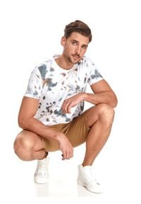 TOP SECRET - T-shirt męski we wzory. Kolor: biały. Materiał: tkanina, bawełna. Długość rękawa: krótki rękaw. Długość: krótkie. Sezon: lato. Styl: wakacyjny, klasyczny