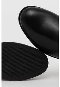 Lauren Ralph Lauren - Kozaki skórzane. Nosek buta: okrągły. Kolor: czarny. Materiał: skóra. Szerokość cholewki: normalna. Obcas: na obcasie. Wysokość obcasa: niski