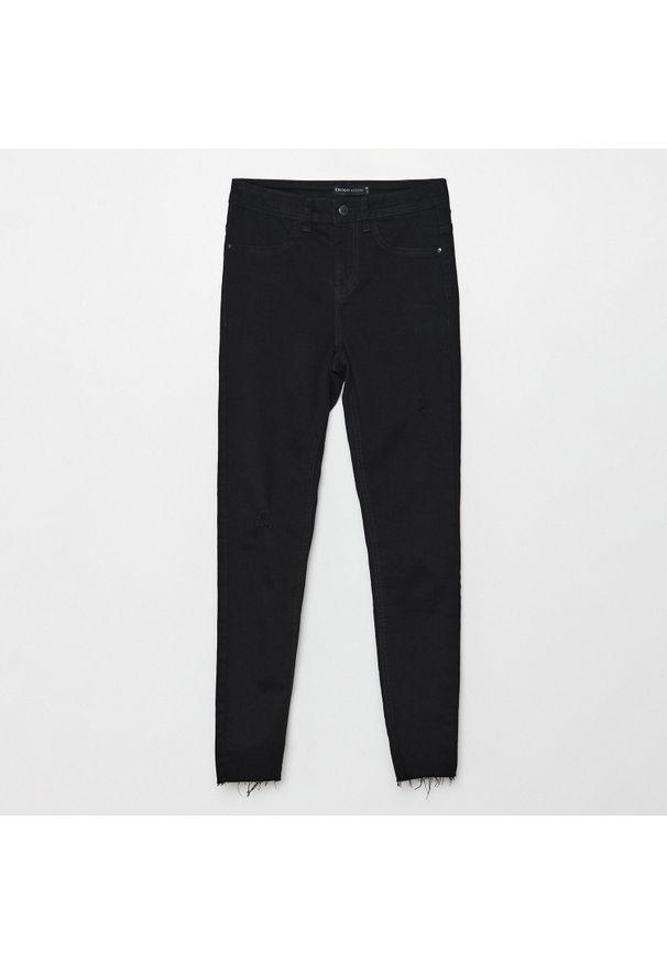 Cropp - Jeansy skinny z niskim stanem - Czarny. Stan: obniżony. Kolor: czarny
